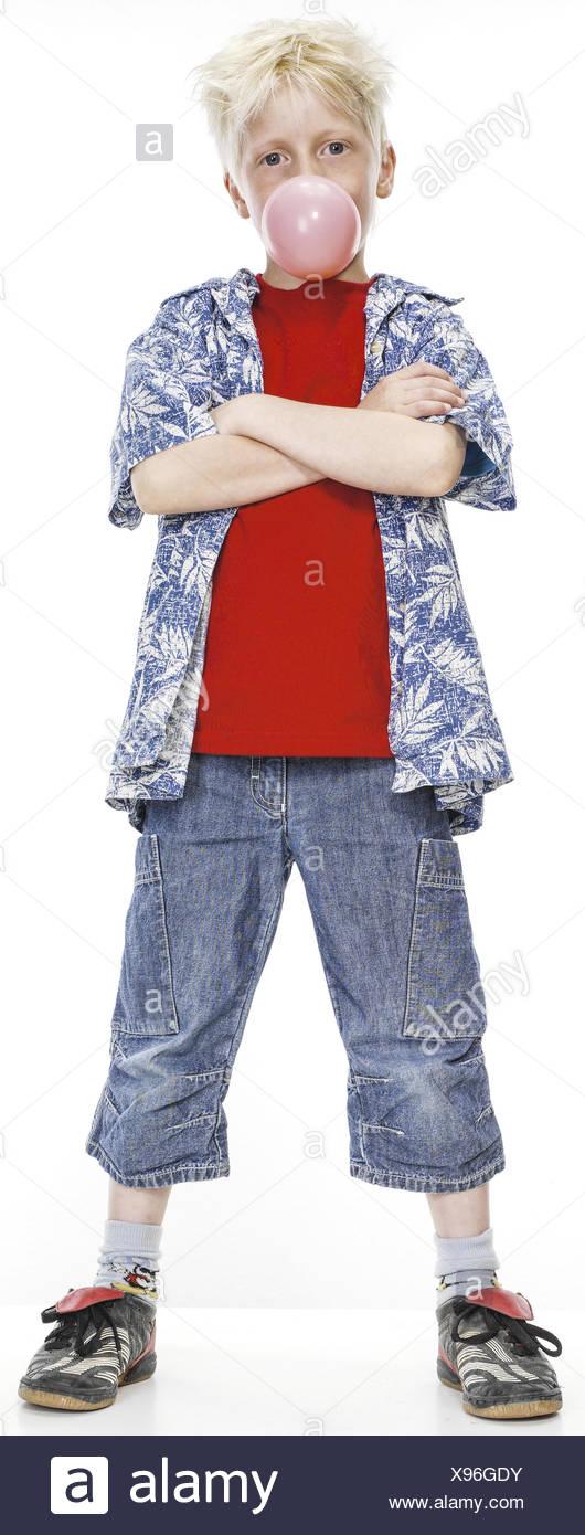Kleiner Junge mit Kaugummiblase verschraenkte, Terre Rouge (modèle récent) Banque D'Images