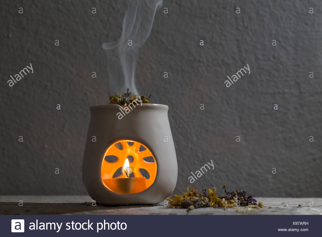L'encens, les fines herbes, l'aroma lamp Photo Stock