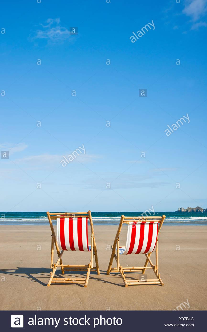 Vide deux transats sur la plage, à Camaret-sur-Mer, Finistère, Bretagne, France, Europe Photo Stock
