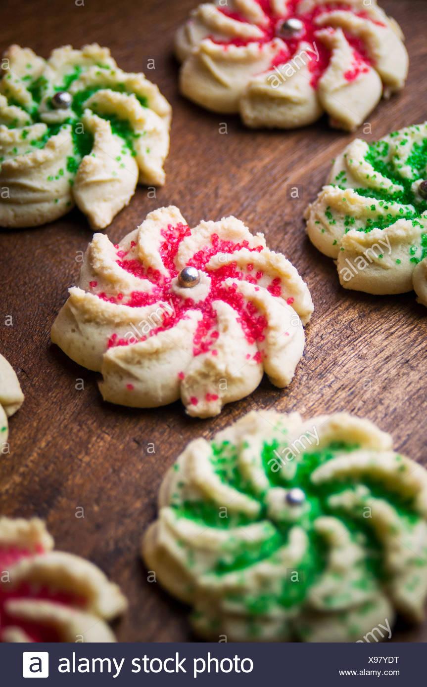 Un gros plan du biscuit en forme de couronne de presse Cookies avec décoration sucre coloré Photo Stock