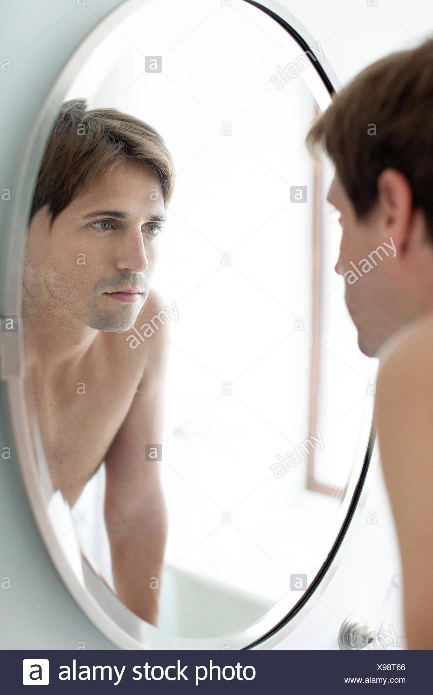 L'homme à la recherche d'autonomie dans le miroir Photo Stock