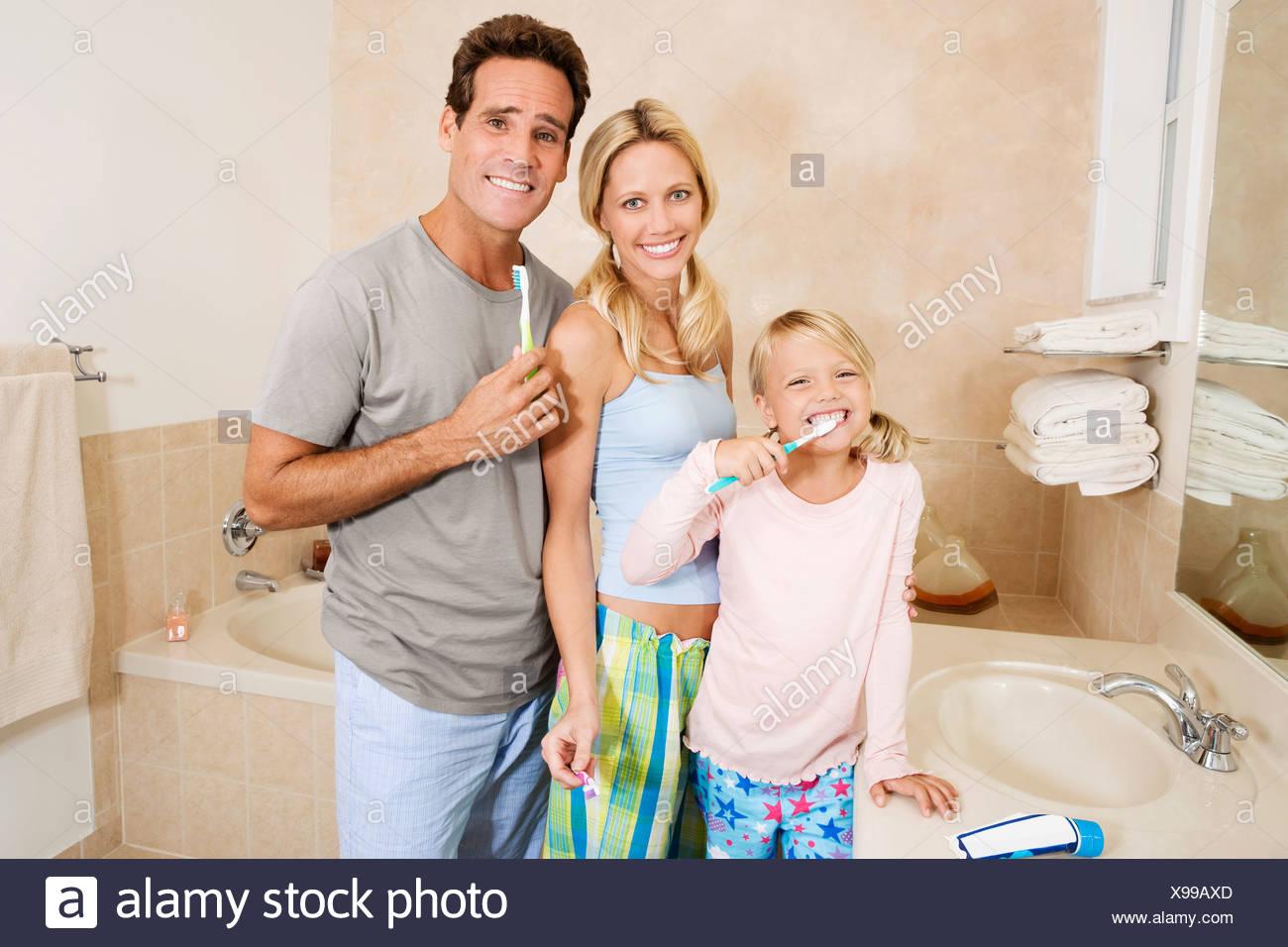 Salle De Bain Famille famille se brosser les dents dans la salle de bains banque d