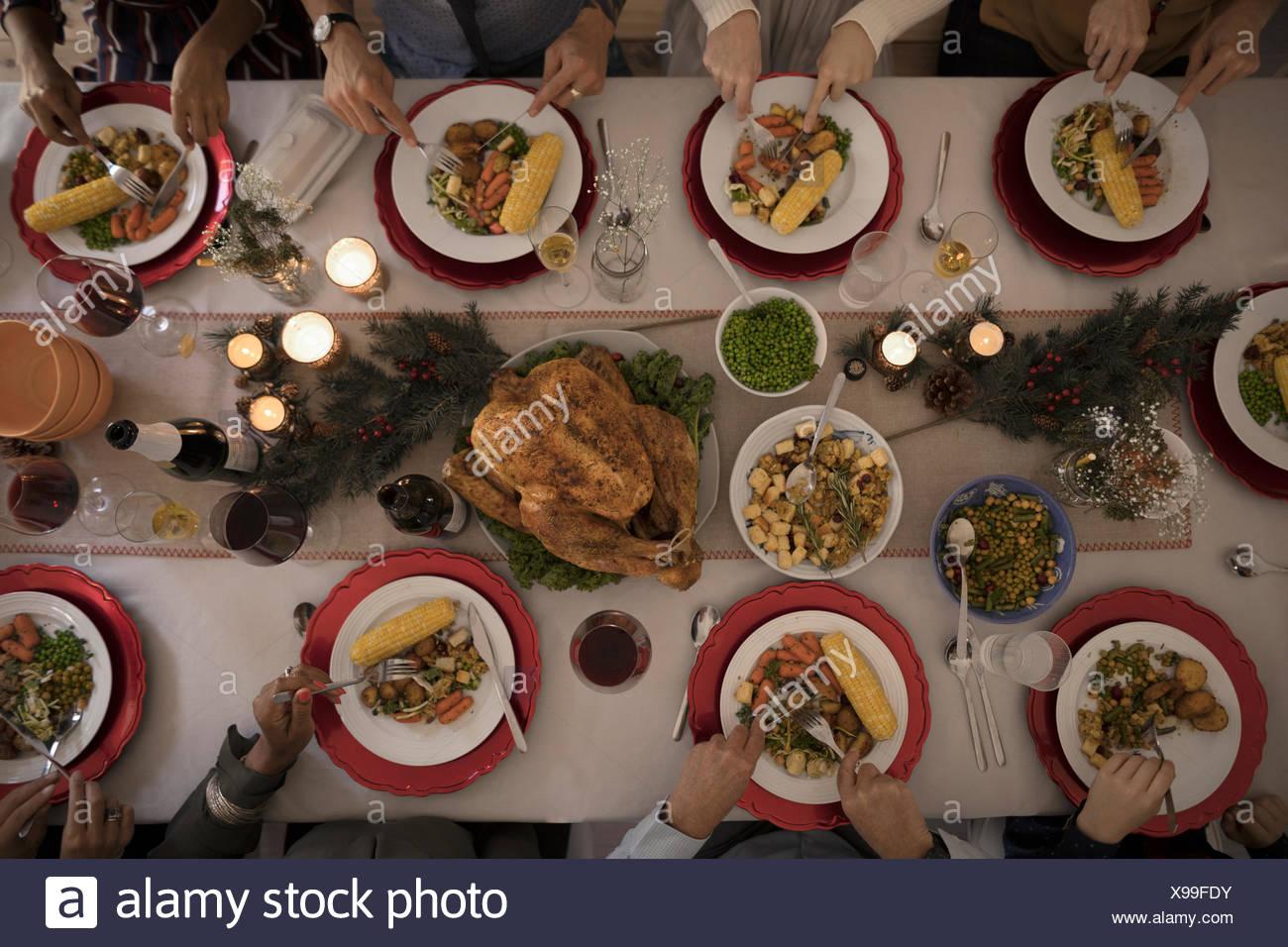 Vue aérienne de l'alimentation de la famille Noël aux chandelles dîner à la table de la turquie Photo Stock