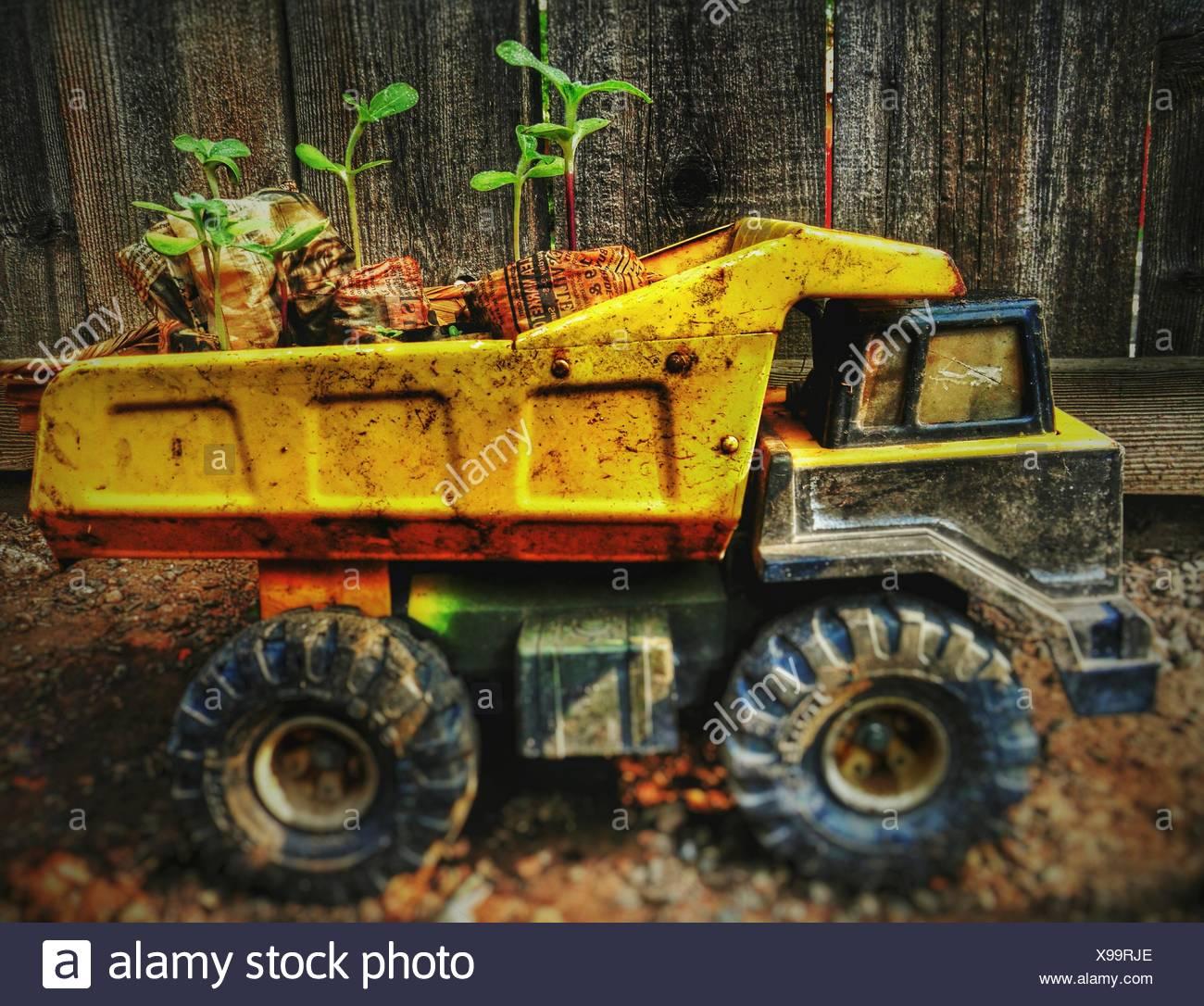 Portrait Of Messy camion jouet contre clôture en bois Photo Stock