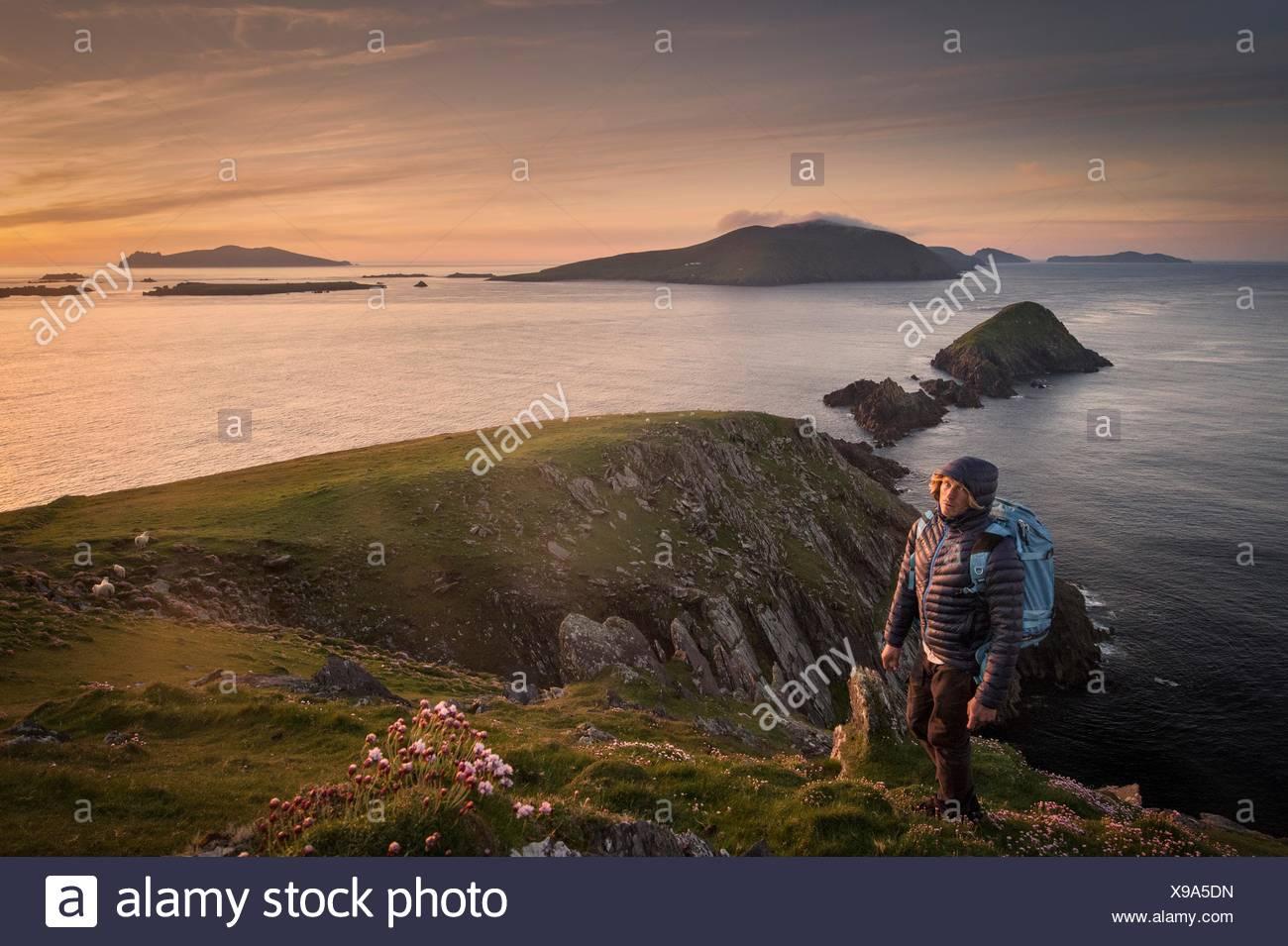 Mid adult man, randonnées, Slea head, dans le comté de Kerry, Irlande Photo Stock
