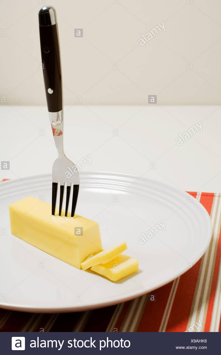 Bloc de beurre sur une plaque Photo Stock