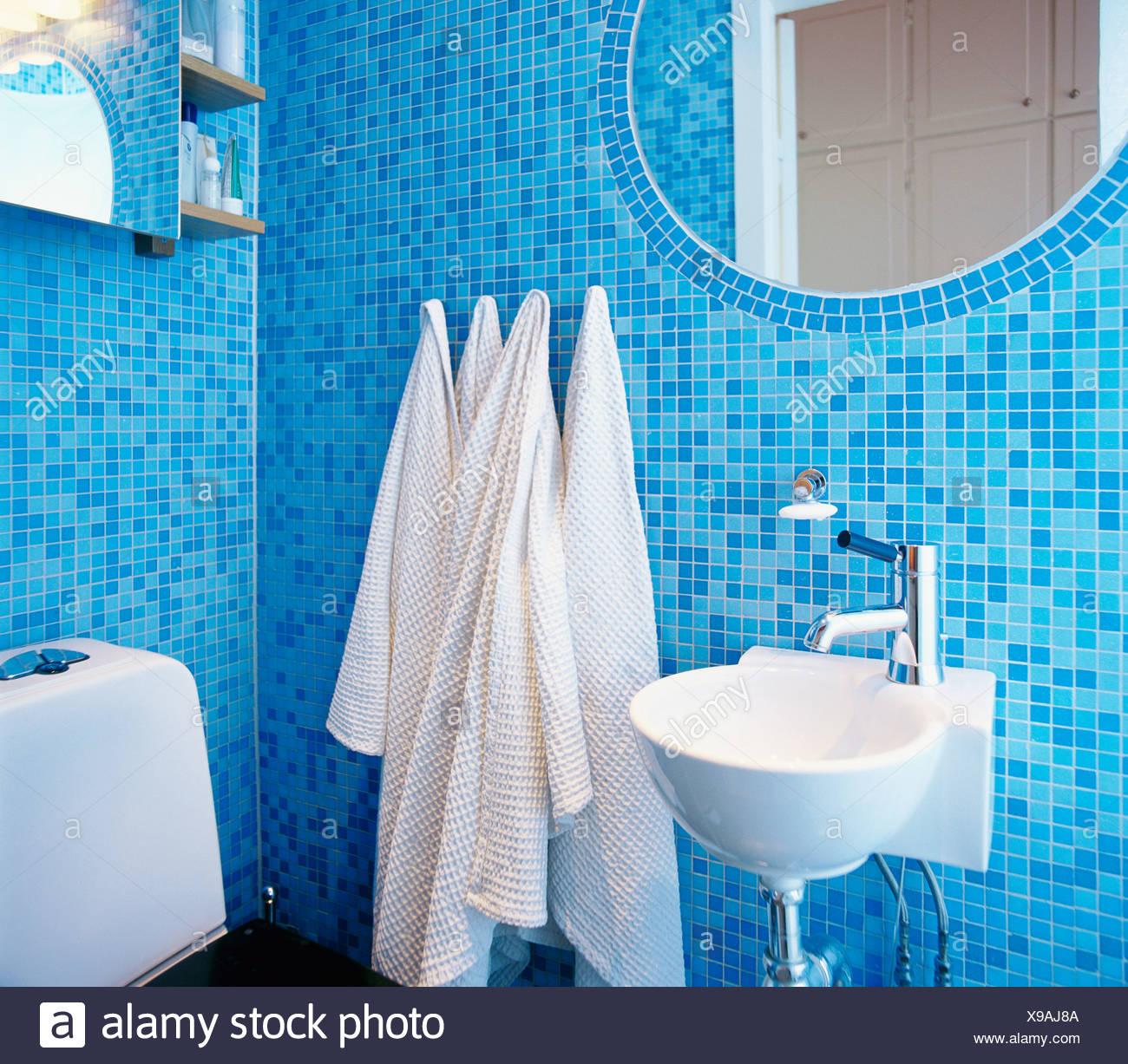 Une Salle De Bains Avec Mosaique Bleue Photo Stock Alamy