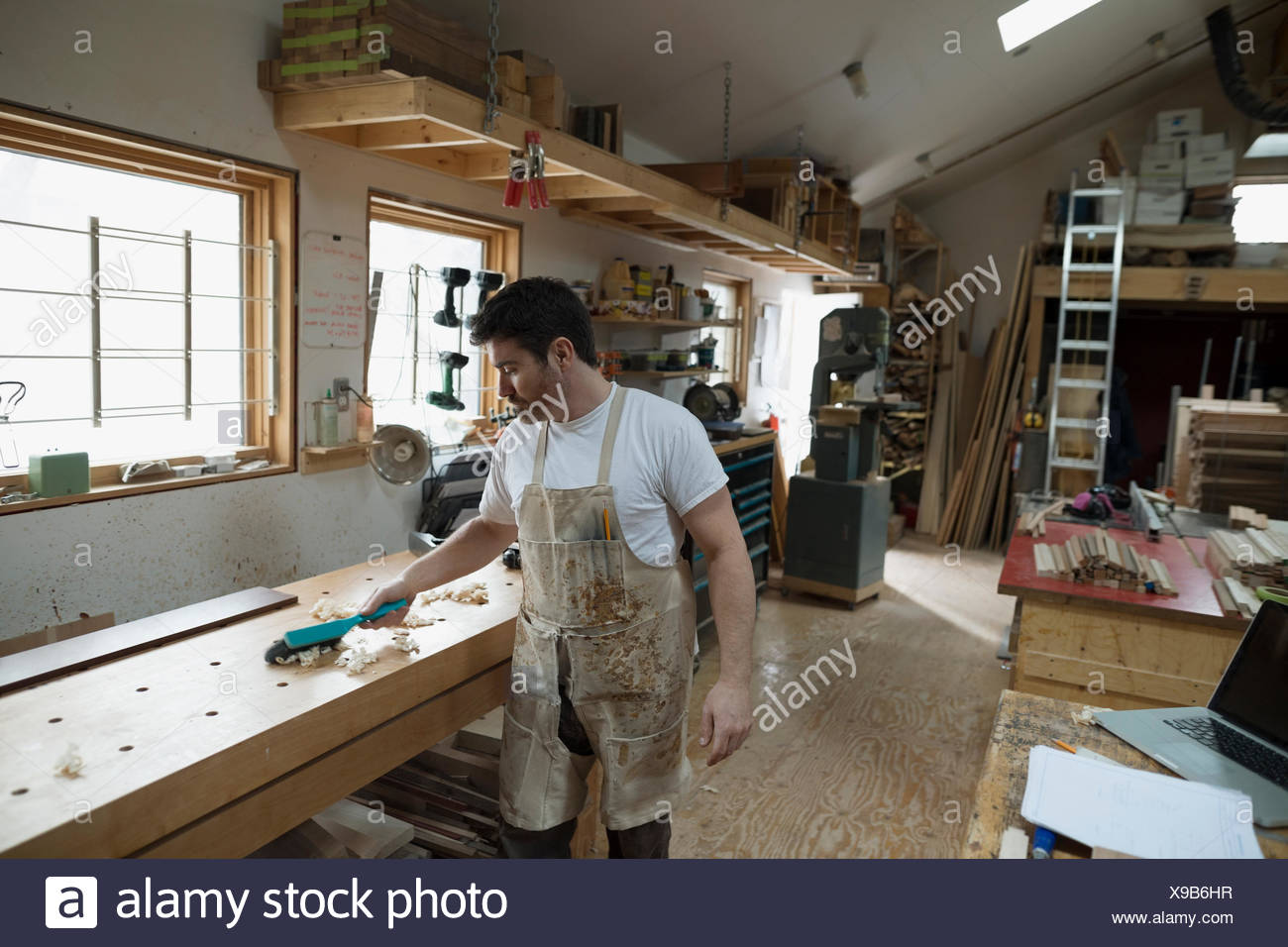 Menuisier travaillant en atelier Photo Stock