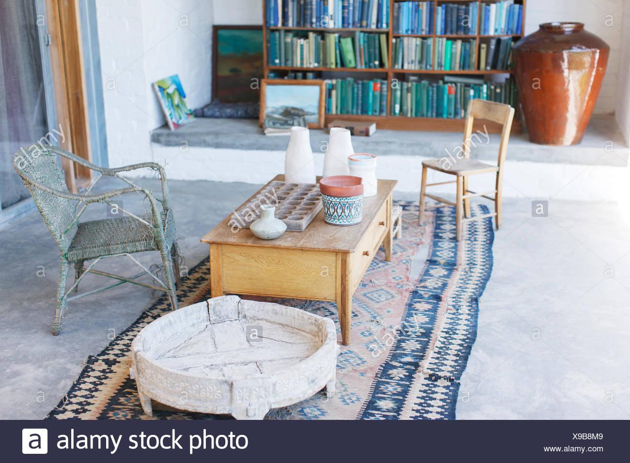 Table basse et chaises en étude rustique Photo Stock