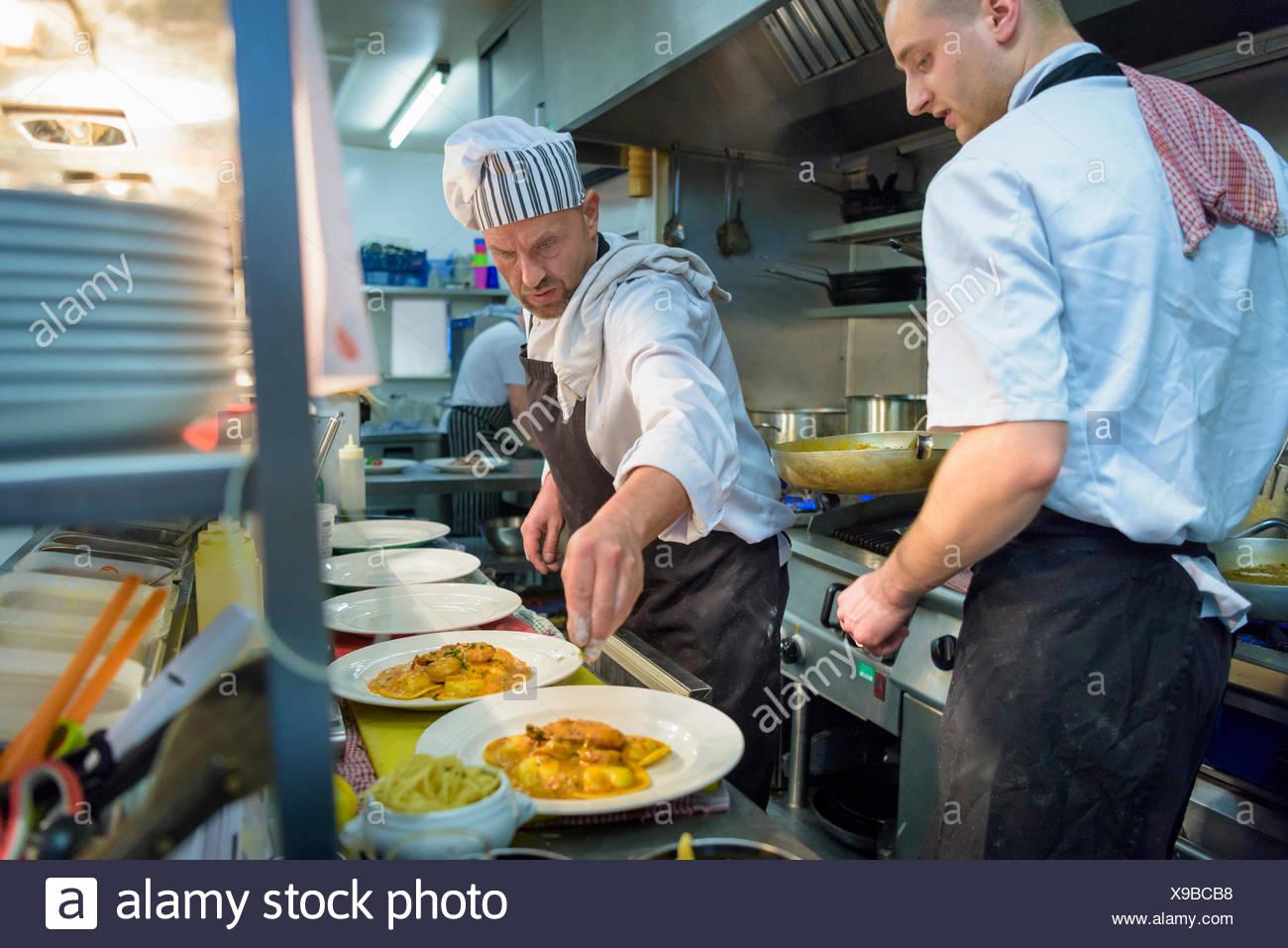 Chefs de placage ravioles de homard dans une cuisine italienne cuisine restaurant Photo Stock