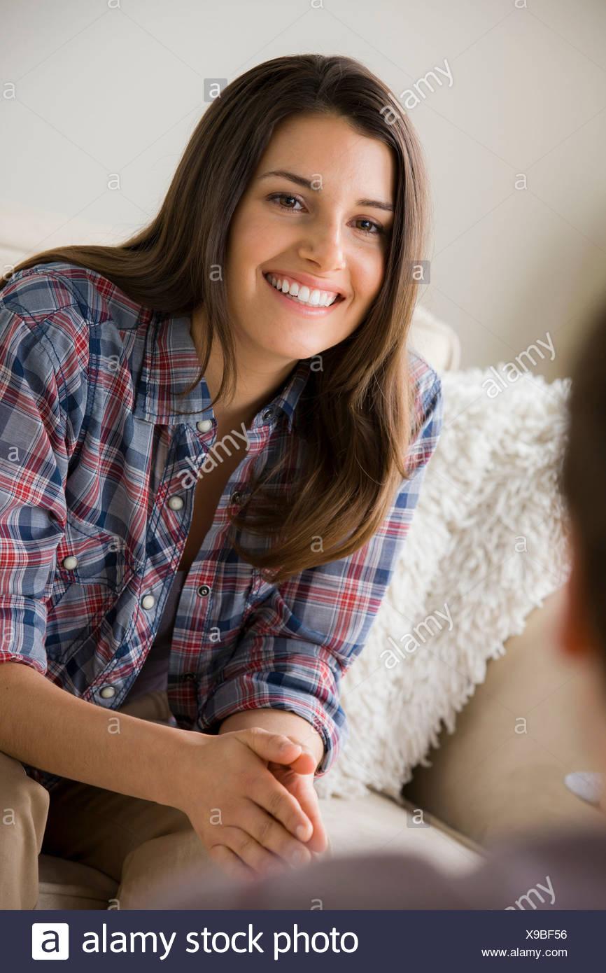 Jeune brunette woman wearing chemise à carreaux Photo Stock