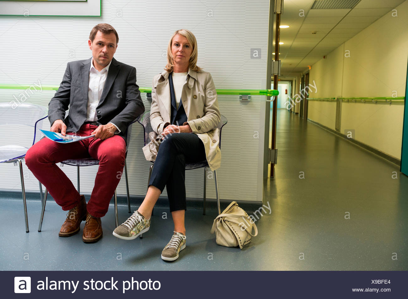 Couple assis dans la salle d'attente d'un hôpital Photo Stock