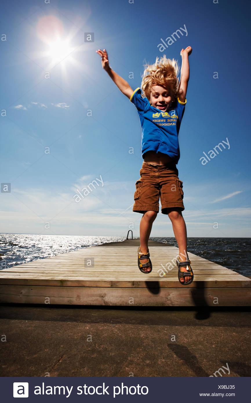Garçon sur une jetée, la Suède. Photo Stock