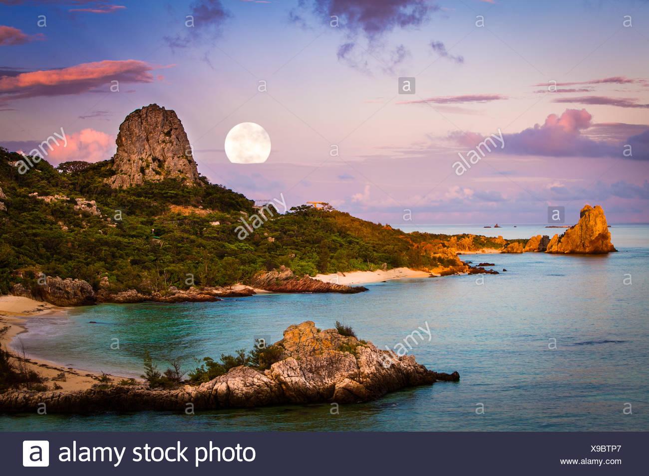 Lune au-dessus du paysage côtier, Okinawa, Japon Photo Stock