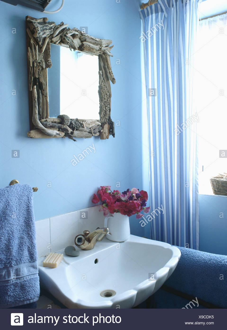 Miroir bois flotté au-dessus du bassin blanc salle de bains bleu ...