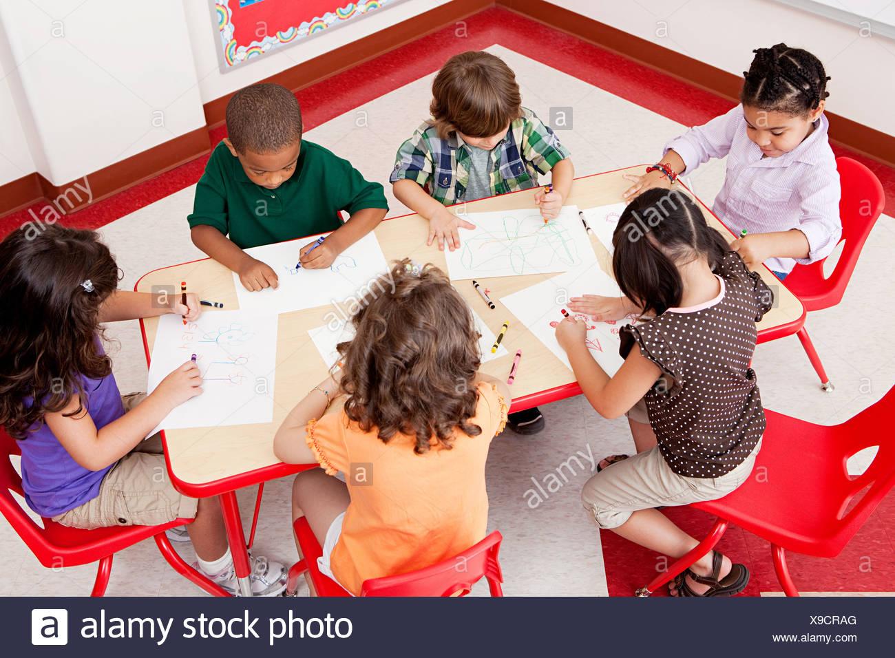 Les enfants à l'école de dessin Photo Stock