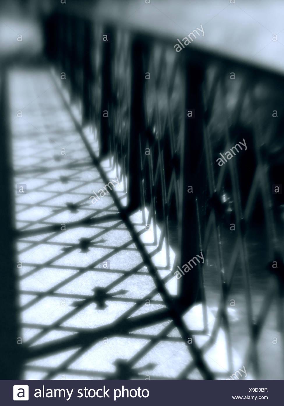 Pont de lumière sinistre casting shadows avec blur Photo Stock