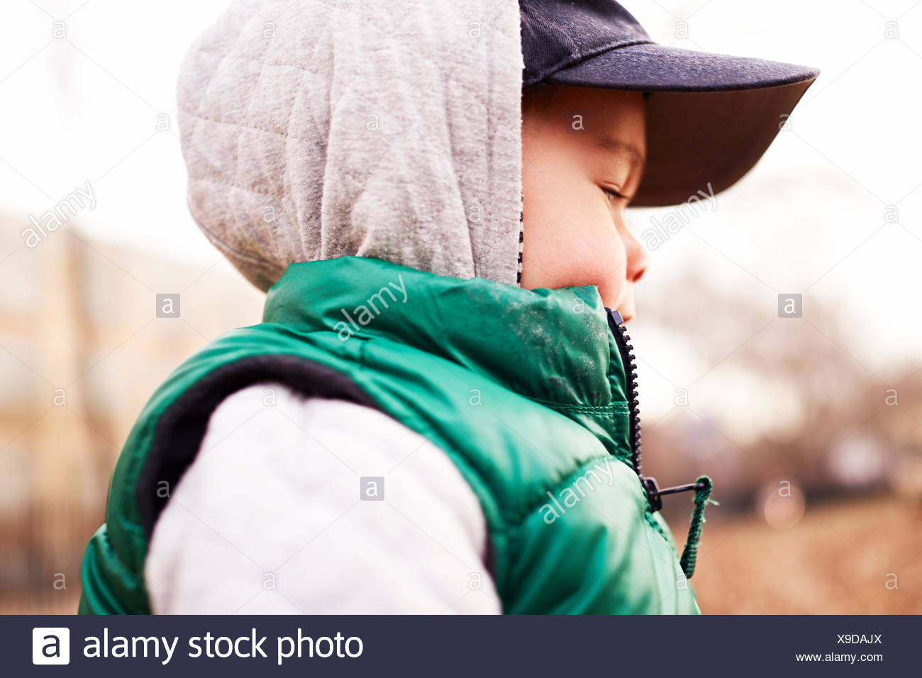 Boy wearing vêtements d'hiver Photo Stock