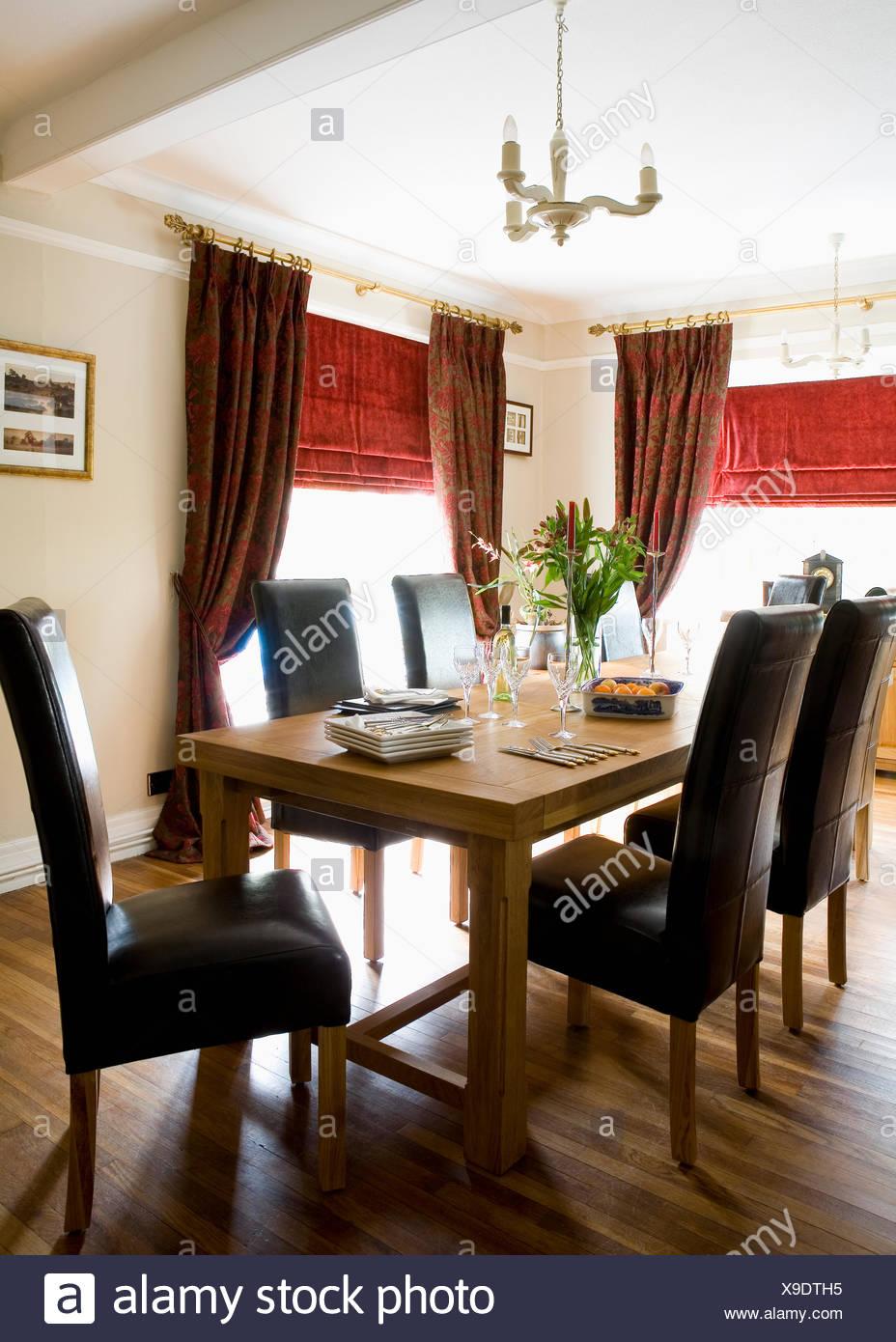 Fauteuils en cuir noir rembourré et table en bois brut en salle à ...