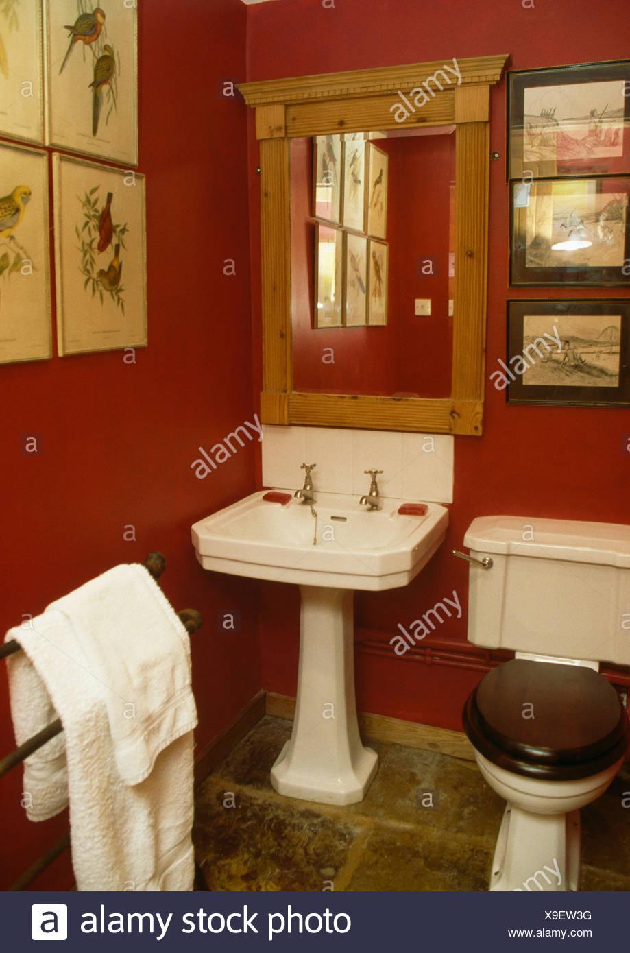Miroir au-dessus du pin blanc en rouge du bassin de salle de bains ...