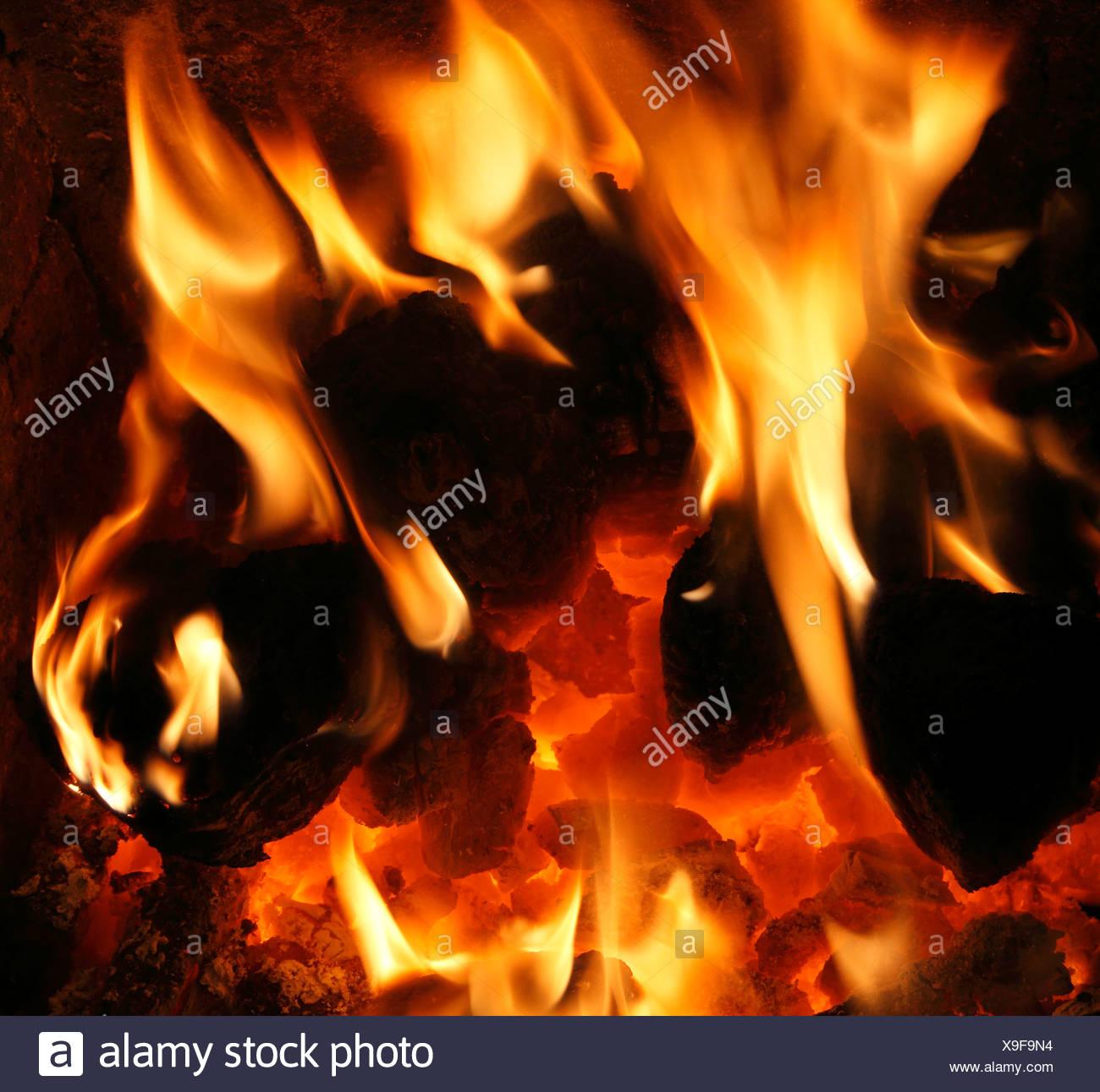 Les combustibles solides, le charbon national feu, brûlant, les flammes, les flammes, la chaleur du feu du cœur d'énergie de la chaleur des incendies de forêt accueil chaleureux Photo Stock