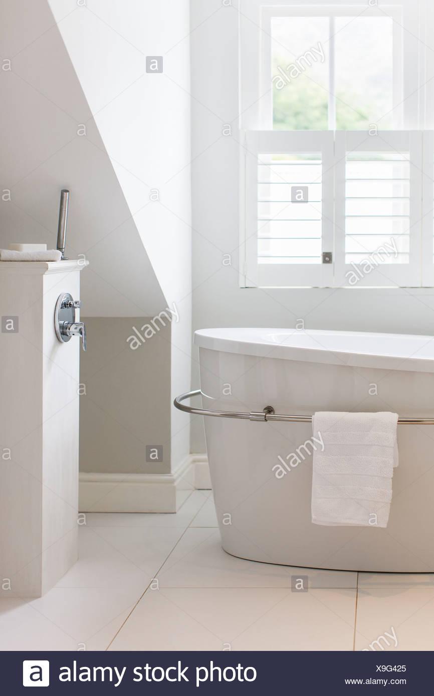 Grande baignoire dans salle de bains de luxe Banque D\'Images, Photo ...