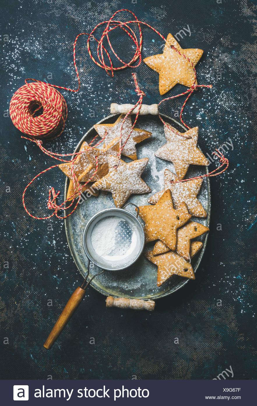 Vacances de Noël en forme d'étoile gingerbread cookies pour décoration d'arbre de Noël, tamis, flocons de décoration, ballons et jouets en Banque D'Images