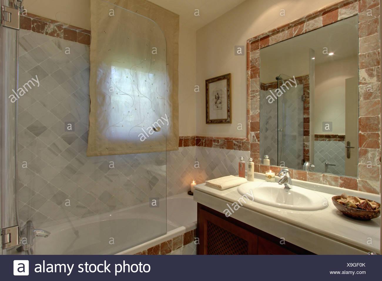 Carrelage Salle De Bain Ile De La Reunion ~ sur l cran de douche en verre baignoire dans salle de bains moderne