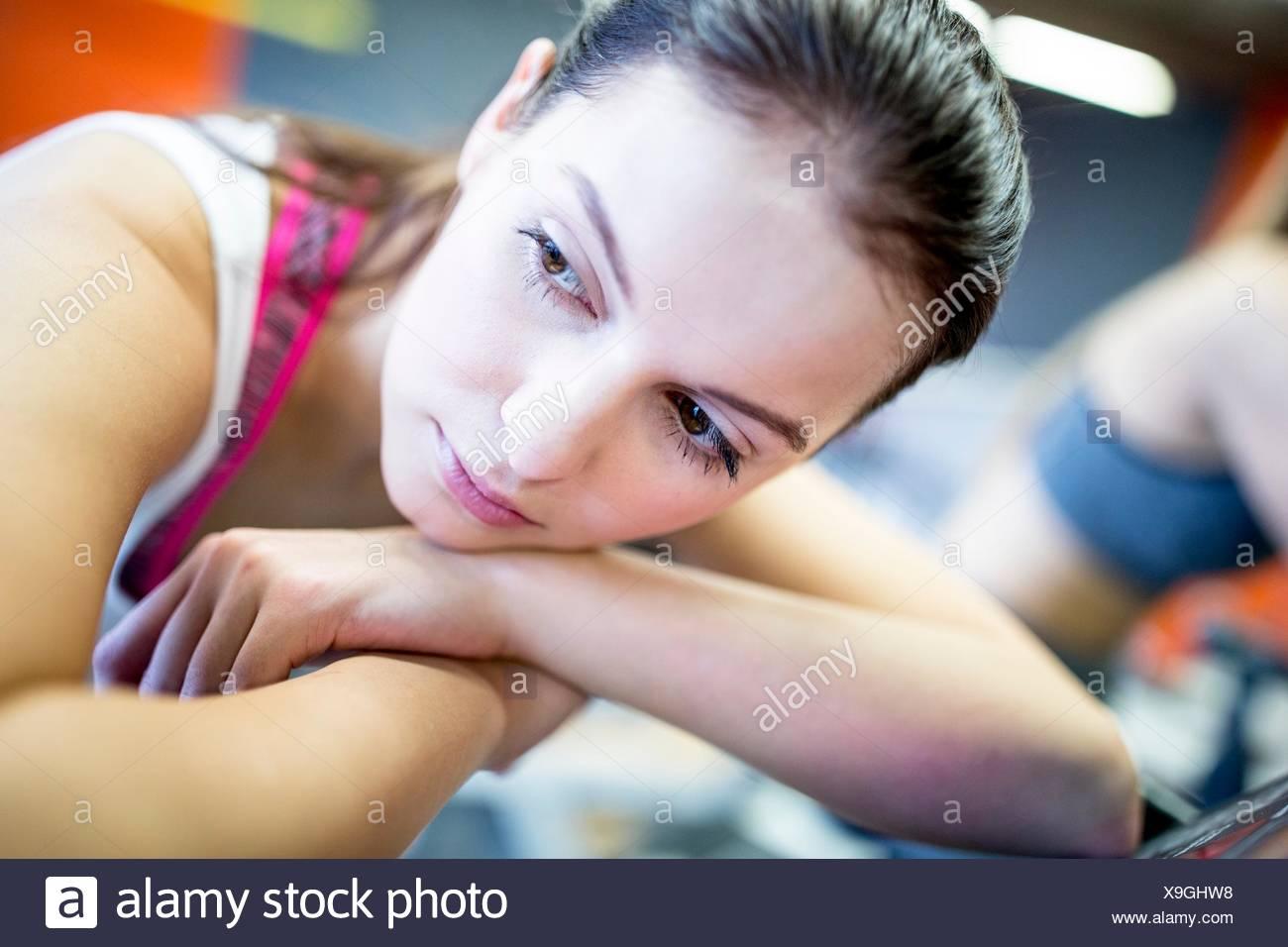 Parution de la propriété. Parution du modèle. Close-up of young woman on exercise machine dans une salle de sport. Photo Stock