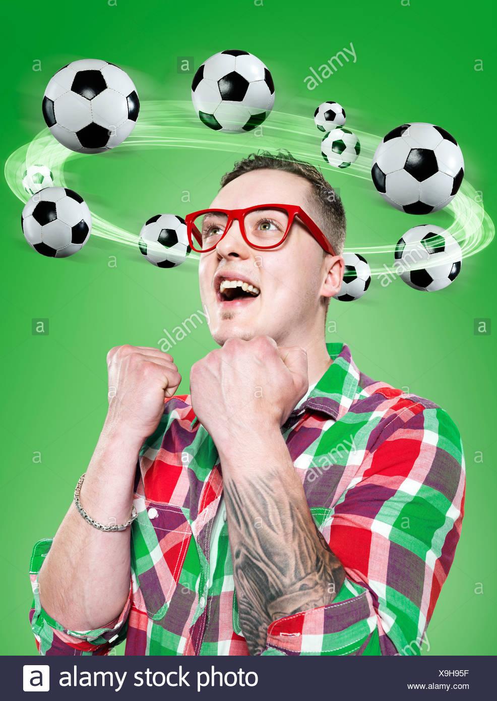 Jeune homme avec le vol de ballons autour de sa tête, Composite Banque D'Images