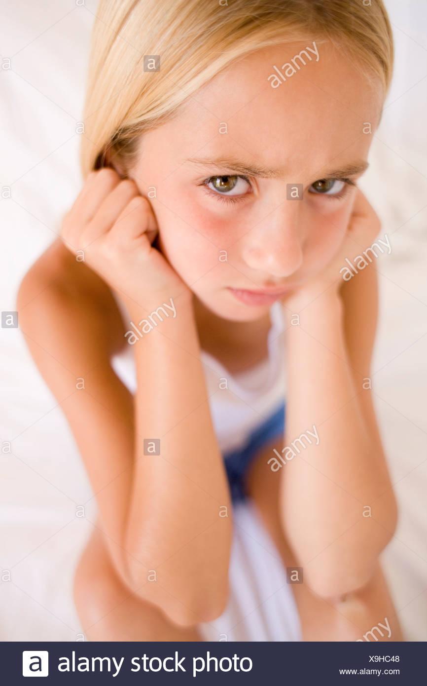 De colère. Jeune fille de mauvaise humeur. Photo Stock