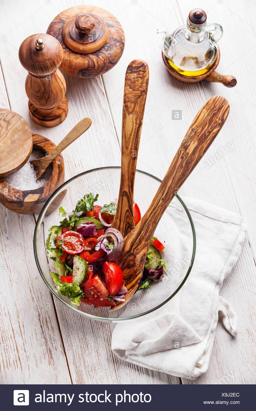 Salade de légumes frais et de la table en bois d'olivier Photo Stock