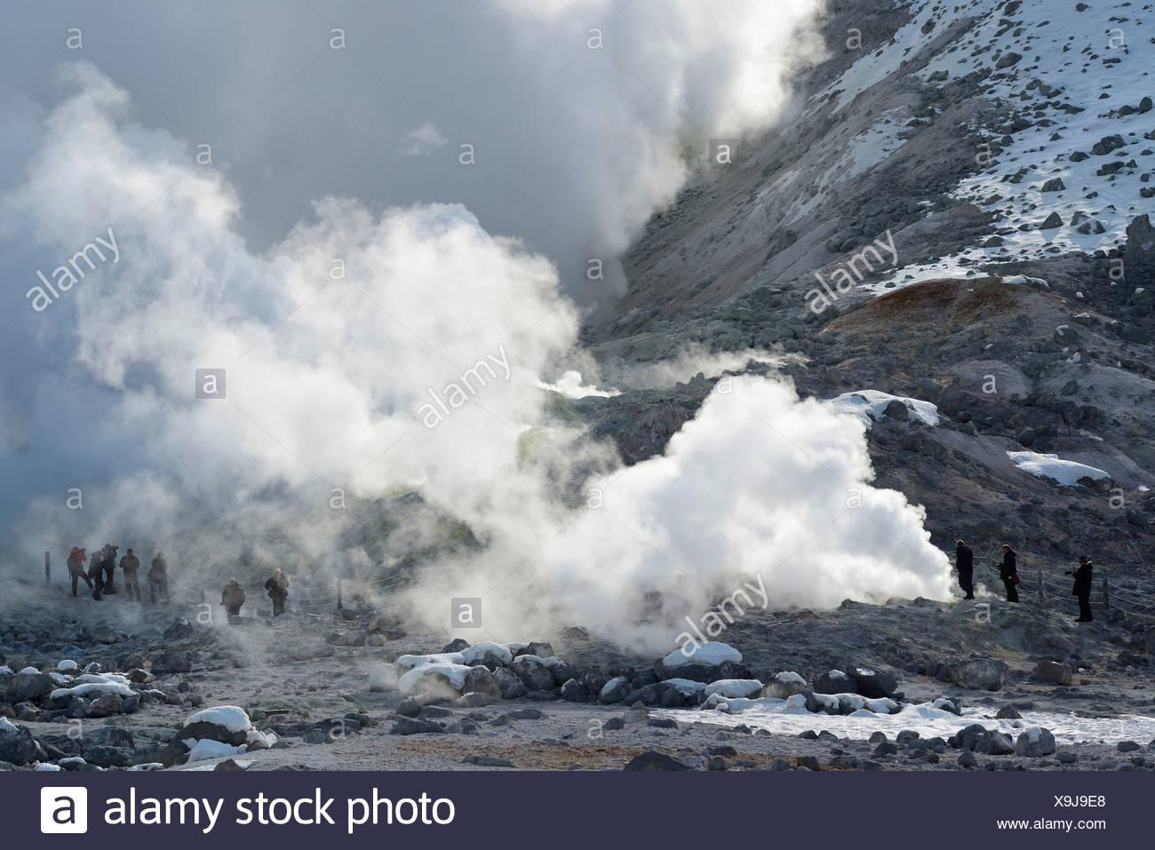 Les touristes à l'fumerolles, géothermique région active, Kawayu Onsen, Akan-Nationalpark, Hokkaido, Japon Photo Stock