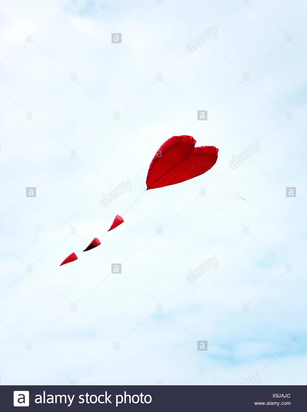 France, Bretagne, coeur rouge en forme de cerf-volant dans le ciel Photo Stock