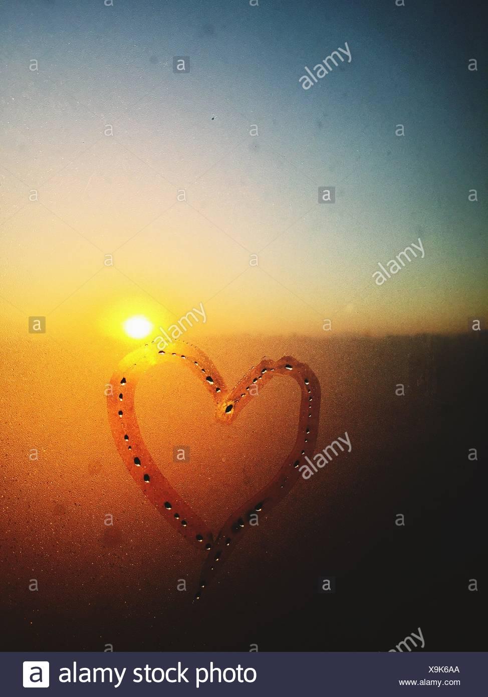 Coeur dessiné sur la fenêtre Condensé Photo Stock