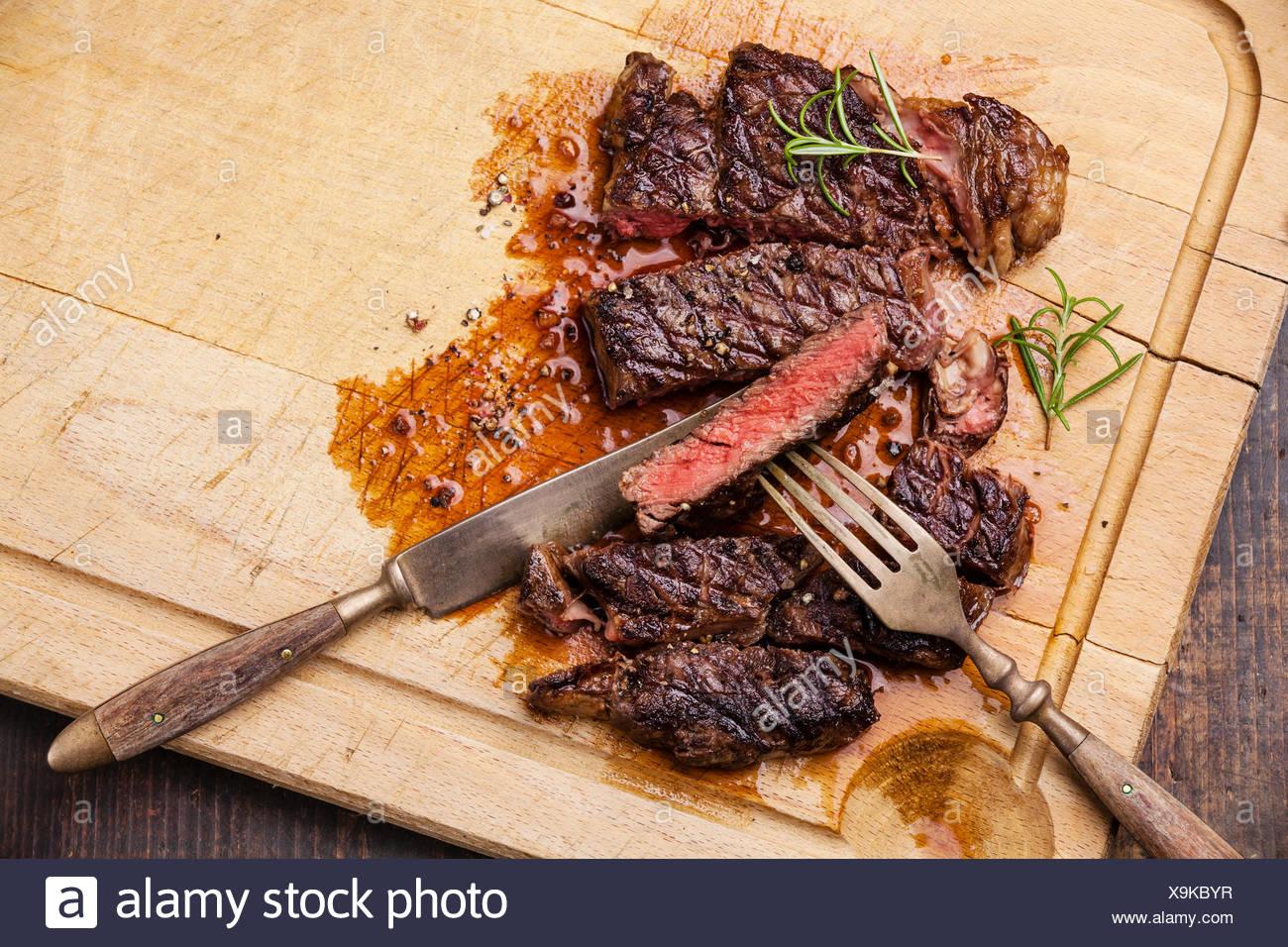 ribeye steak grillé avec avec fourchette et couteau à découper la