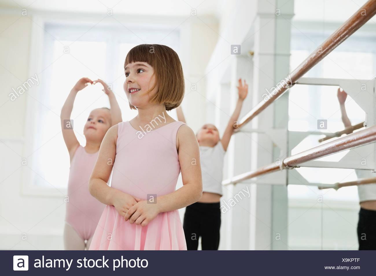 Enfants practicing ballet in ballet studio Photo Stock
