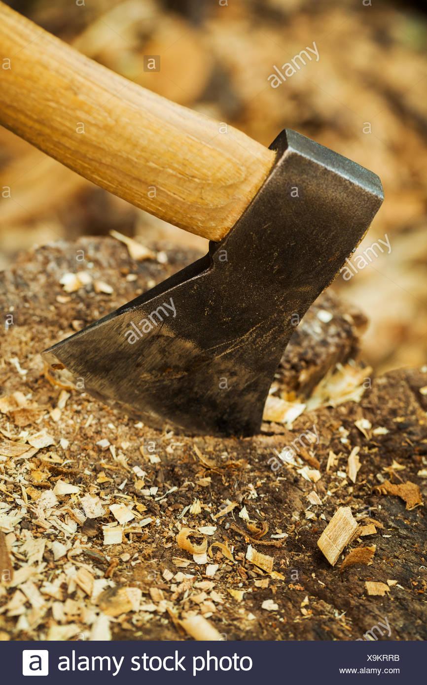 Separation Lame De Bois la lame d'une petite hache coincé dans un bloc de séparation
