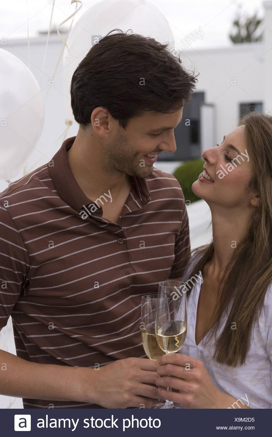 Regarde avec amour sourire Mate verres de champagne champagne-verres célèbre à l'extérieur de 20 à 30 ans 30 à 40 ans regardant Photo Stock