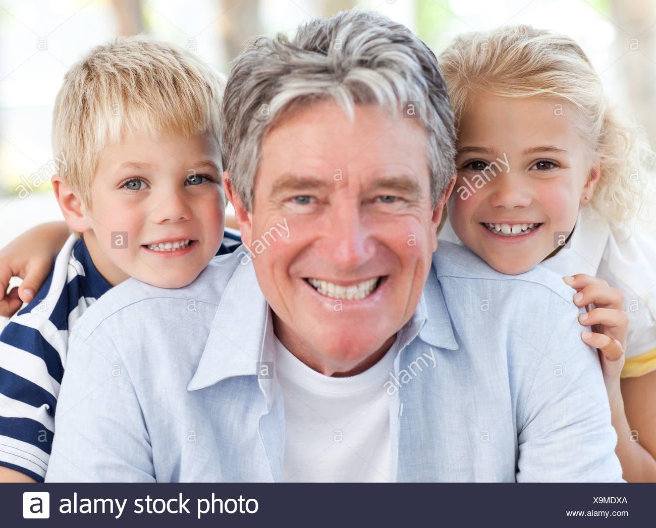 Joyfull petite famille regardant la caméra Banque D'Images