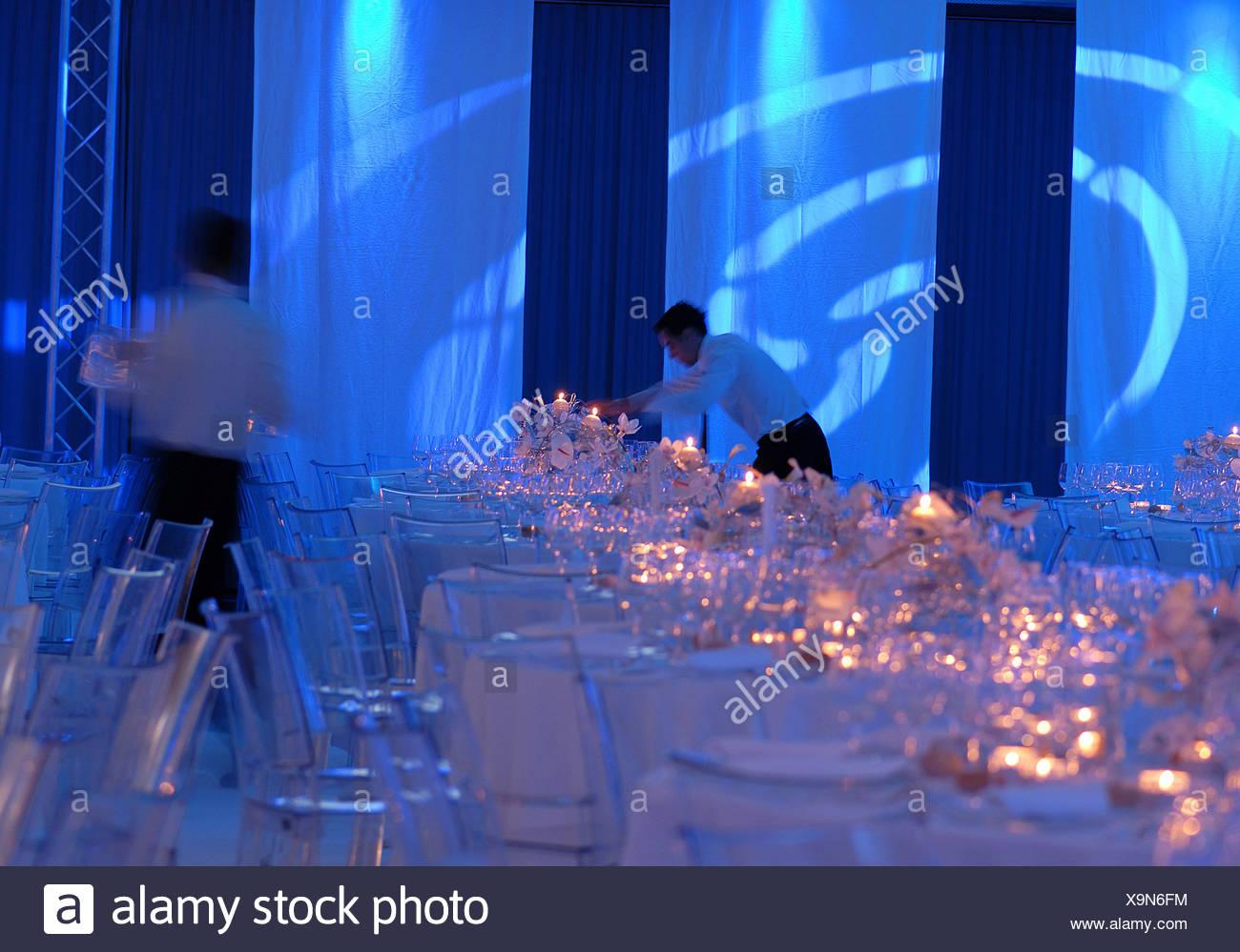 Vie de l'événement ambiance bougies chandelles ambiance table chaises tables gastronomie lunettes classy rencontrez Photo Stock