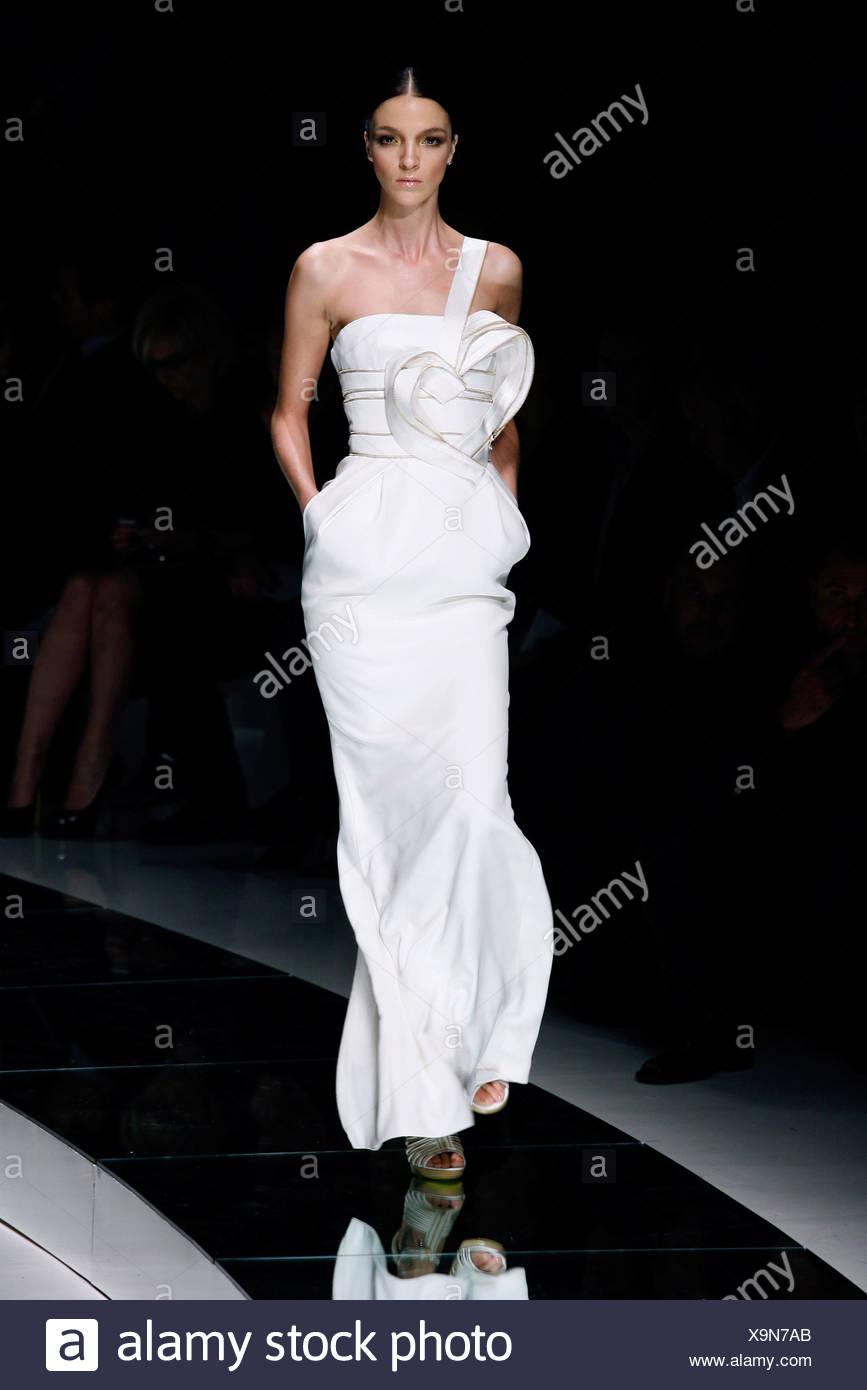 Versace Milan Prêt à porter printemps été modèle Mariacarla Boscono italien  portant pleine longueur sangle unique 2a3406e473e
