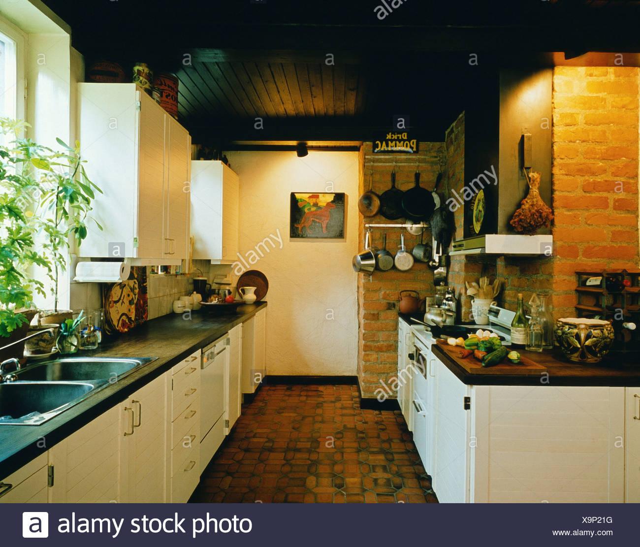 Vraies Maisons En Bois Cuisine:plafond, Carreaux De Terre Cuite Dans Le  Profil Sur Marbre, Blanc Et Des Murs De Brique, Blanc Placards Et Tiroirs