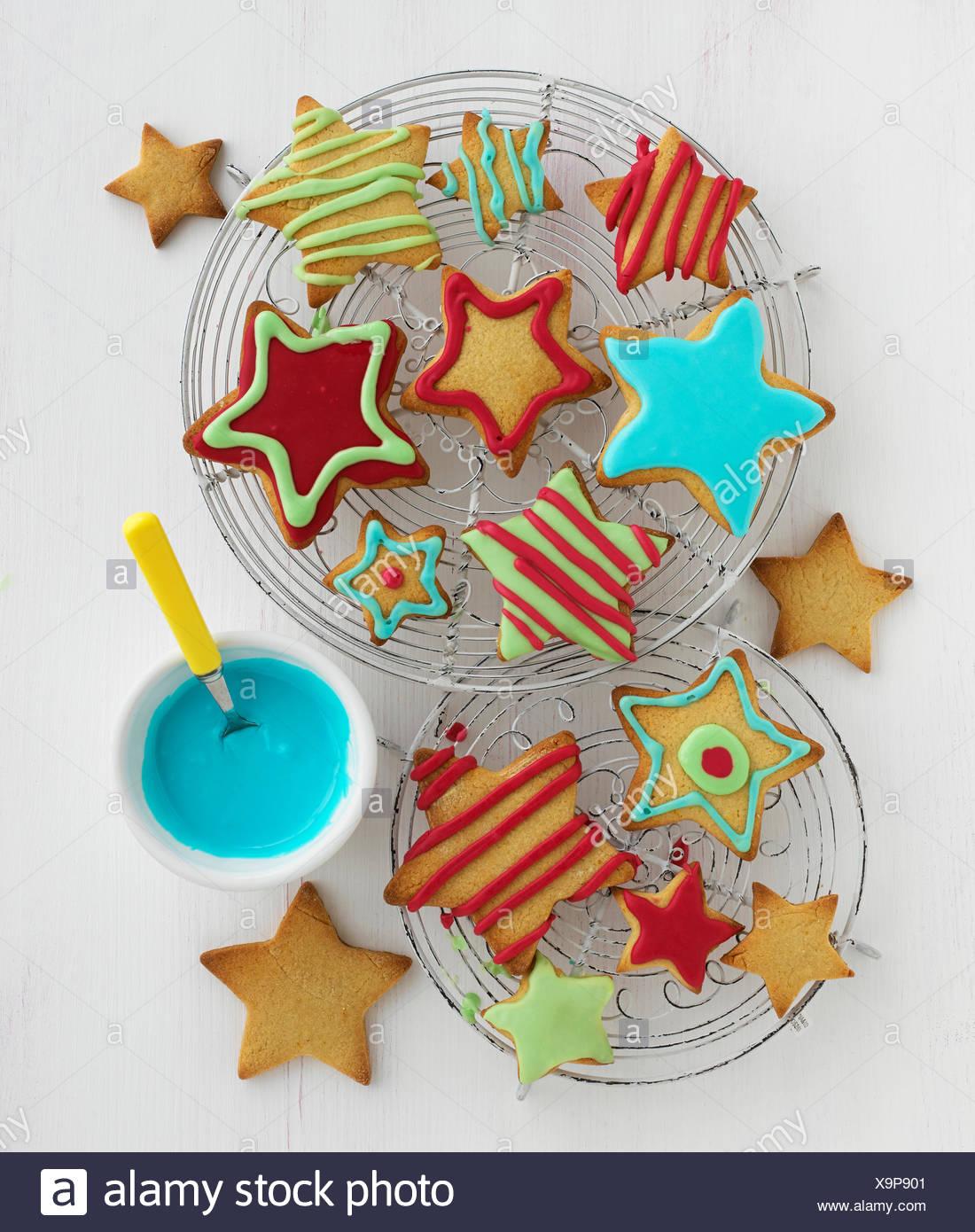 Des biscuits en forme d'étoile avec glaçage coloré Photo Stock