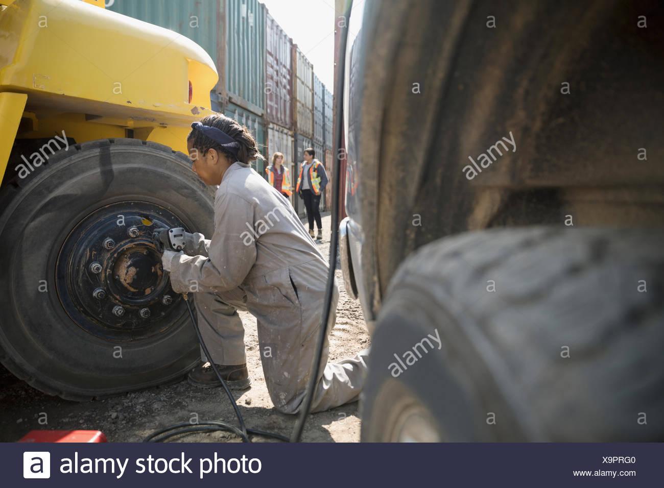 Fixation mécanique des machines lourdes dans la région ensoleillée au parc à conteneurs industriels Photo Stock