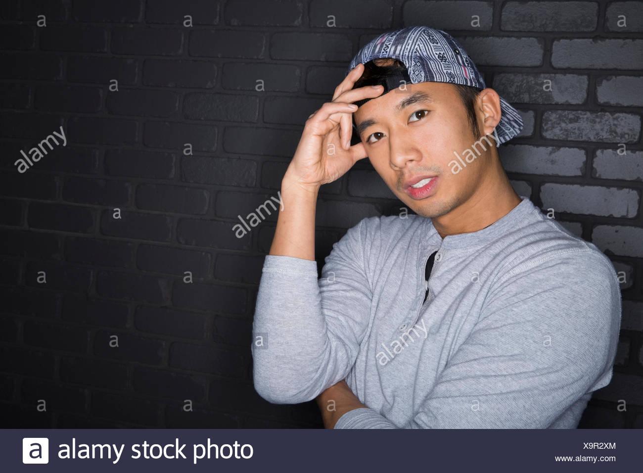 Portrait d'homme sérieux avec l'arrière baseball cap Photo Stock