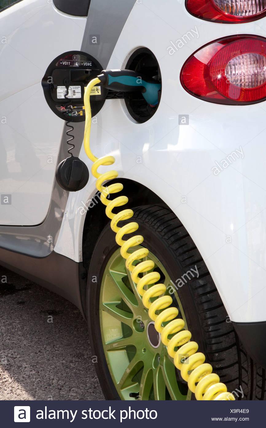 Détail d'un chargeur connecté à une recharge de voiture électrique Photo Stock
