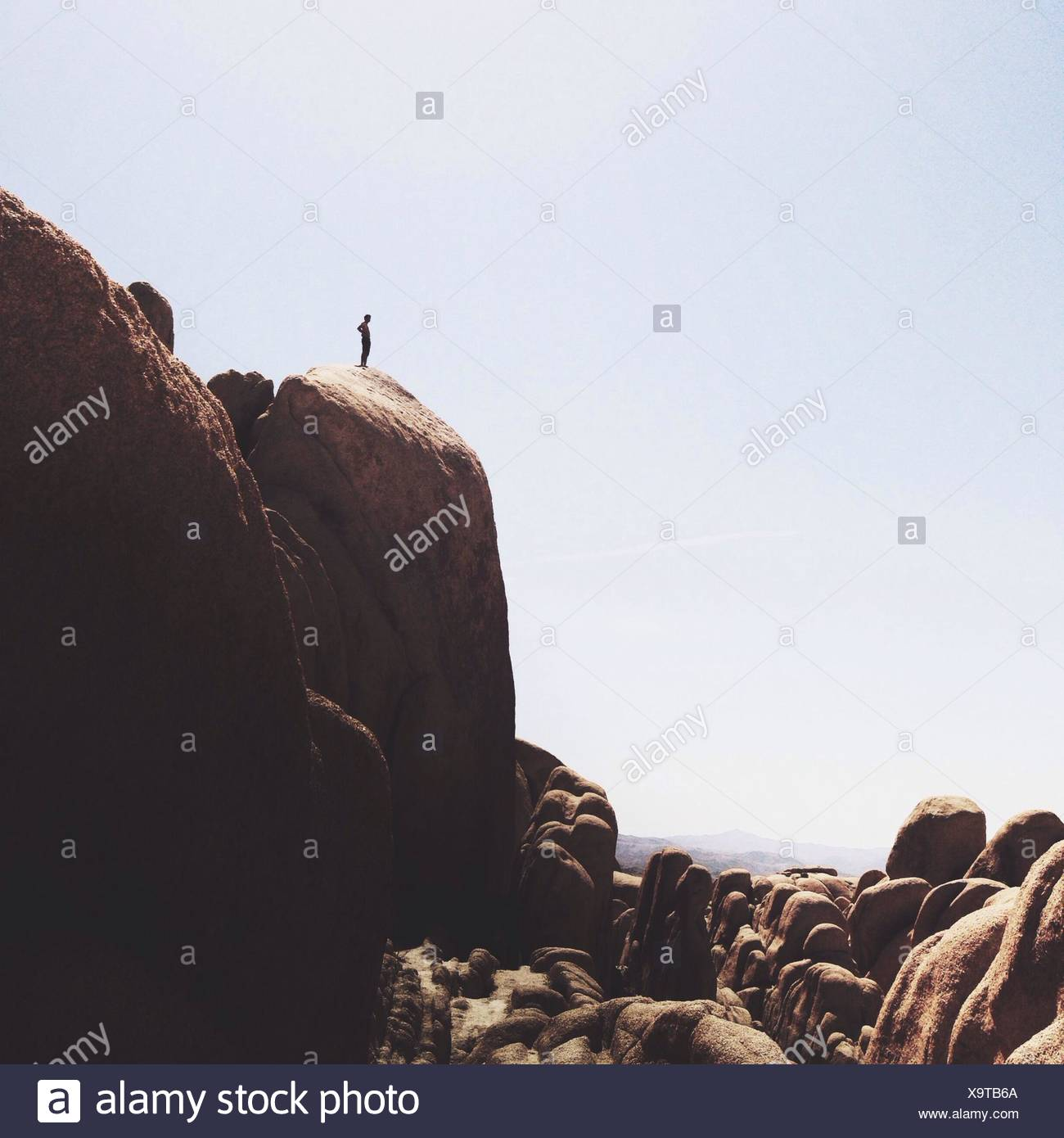 L'homme au bord de la Falaise Photo Stock