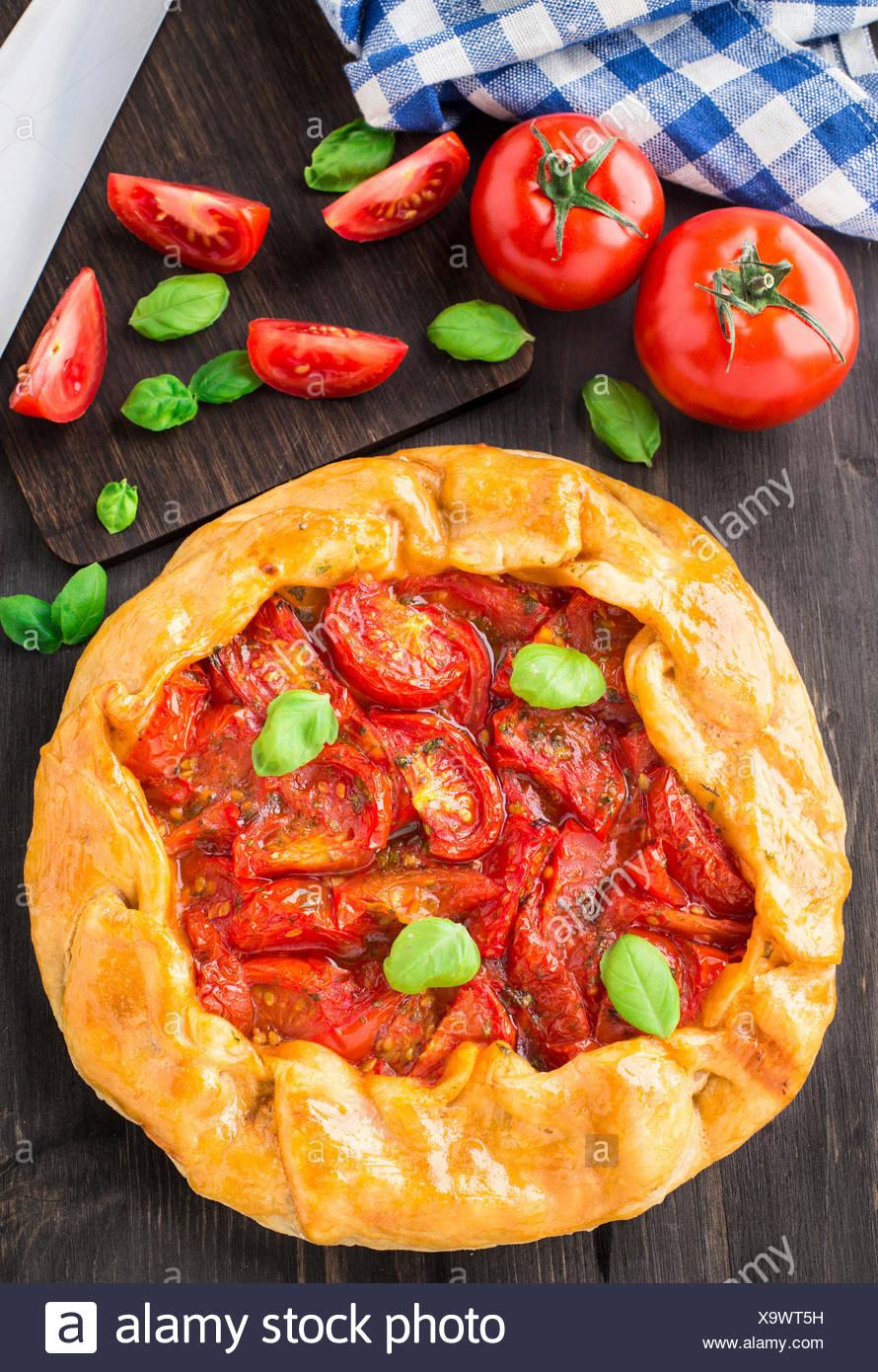 Galette à la tomate et basilic sur une table Photo Stock