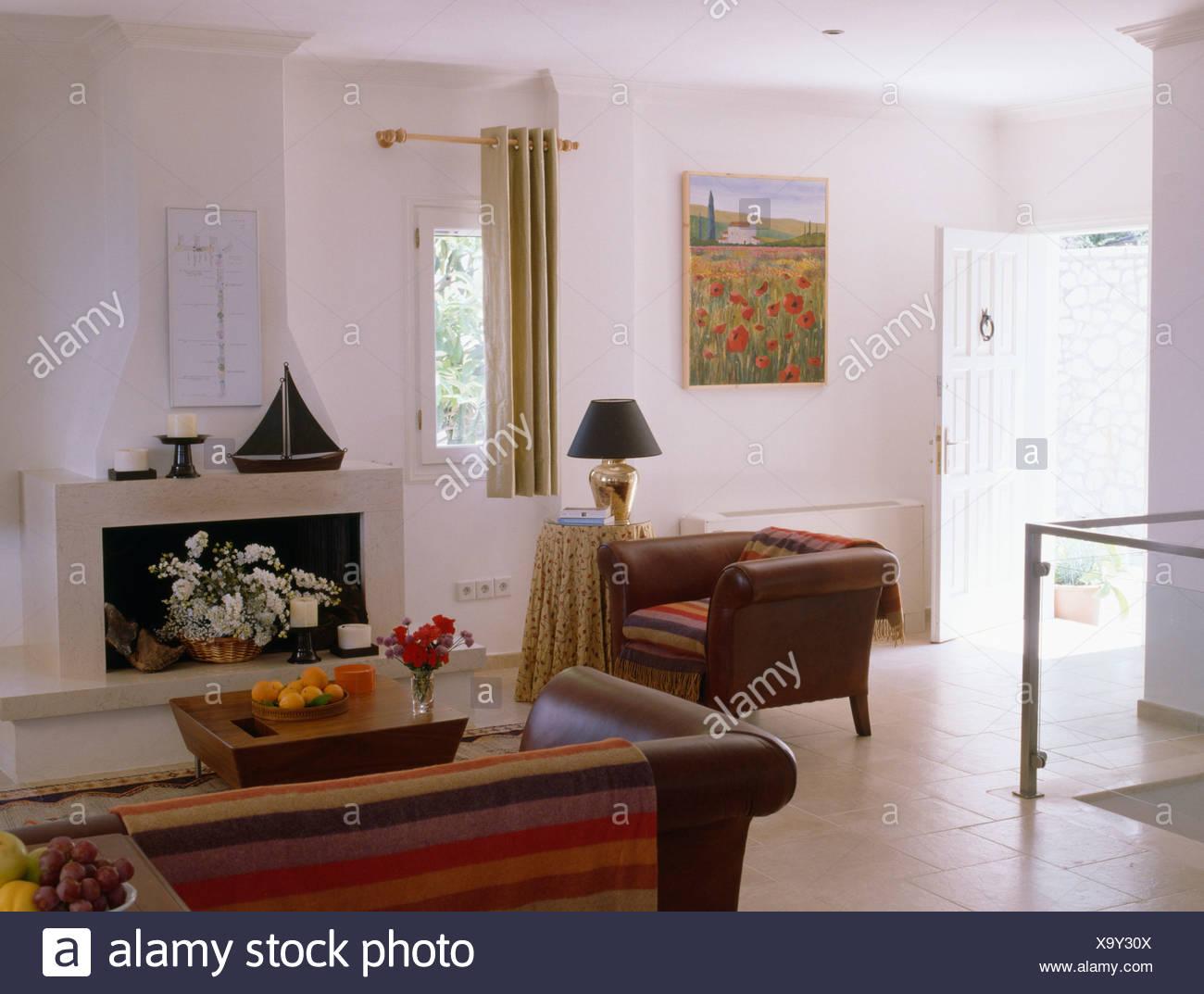 Fauteuil en cuir marron et blanc moderne canapé dans salon ...
